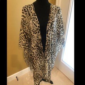 Lightweight leopard kimono